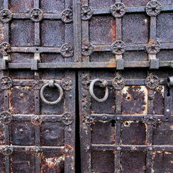 Двери с решеткой