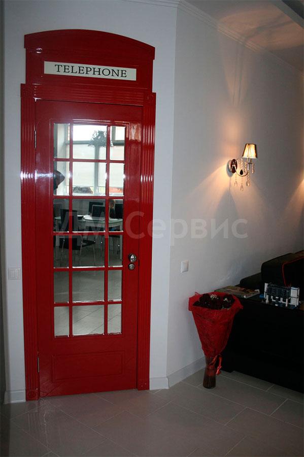 Дверь телефонная будка в английском стиле