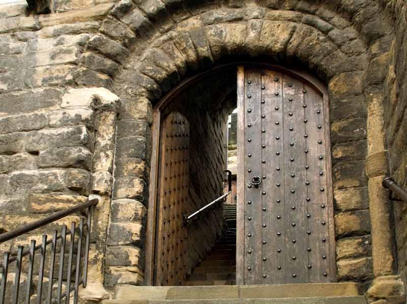 двери в крепости