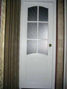 Остекленная крашенная дверь