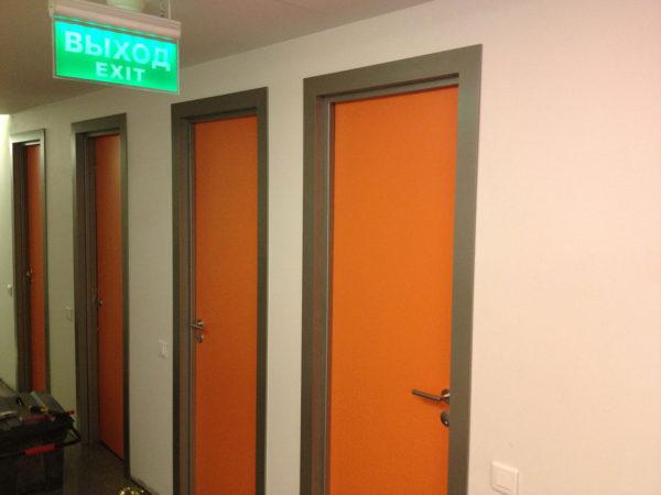Межкомнатные пластиковые двери для офиса в оранжевом цвете